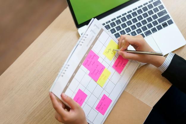 В календаре для деловых женщин есть план по меморандуму, концепции планирования работы и повестки дня. Premium Фотографии