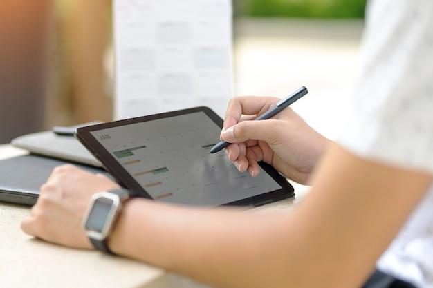 予定表と予定表の予定を使用してスケジュールを計画している人は、概念を思い出させる。 Premium写真