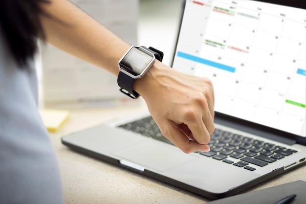 Рука женщины с умными часами на запястье руки. Premium Фотографии