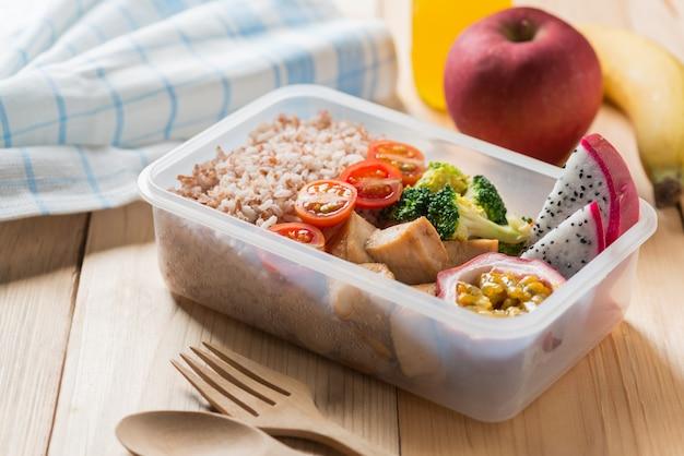 プラスチックパッケージの健康的なお弁当箱 Premium写真