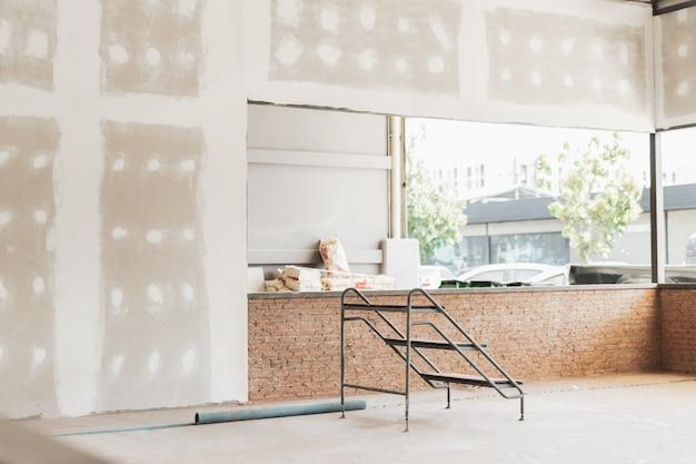 建設中の家のインテリア。改修の概念 Premium写真