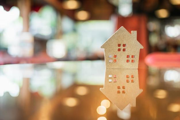 ハード紙の家、テーブルの上、建設のためのシンボル Premium写真