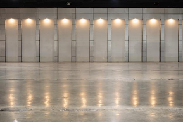 パネル電球からの天井灯が付いている倉庫。 Premium写真