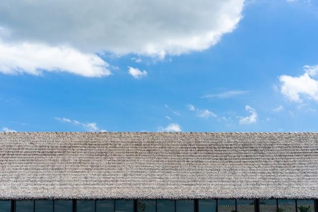 青い空を背景に工場の屋根。 Premium写真