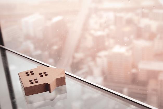 ガラステーブルの上の家モデル Premium写真