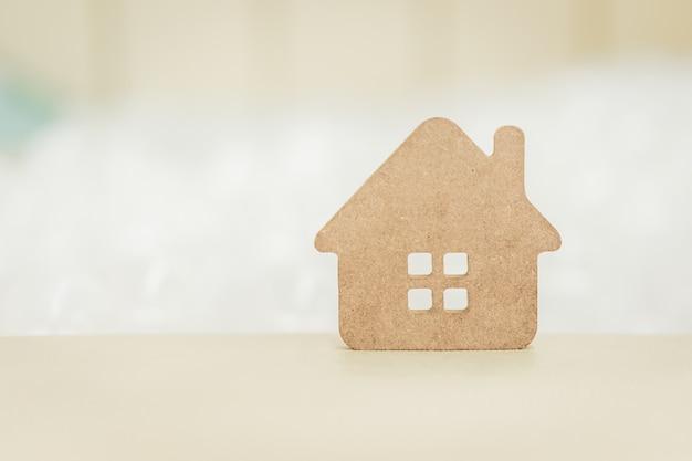 木材の背景の木の家モデル Premium写真