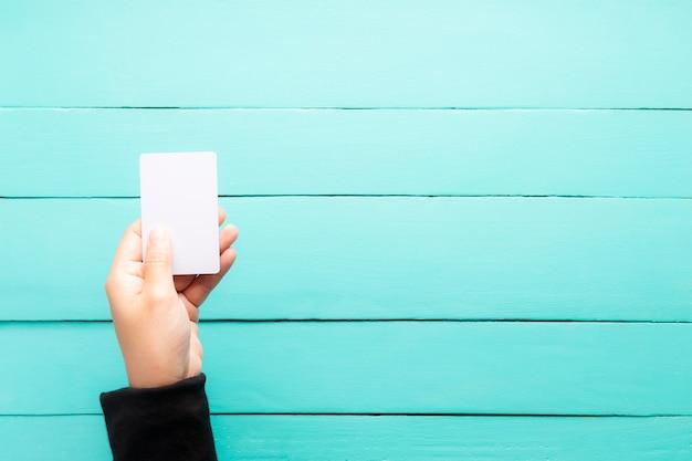 手の空の名刺を保持する Premium写真