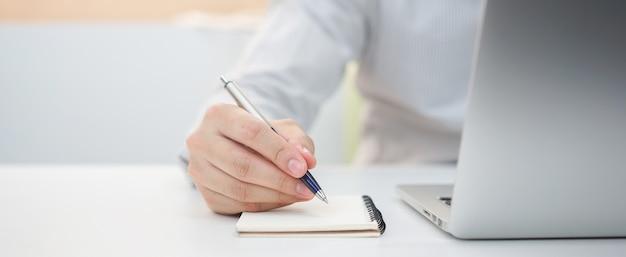 実業家の手書きのコンテンツまたは何かをノートに Premium写真