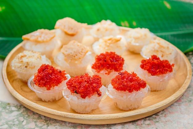 タイのカスタードとエビのトッピング、タイのデザートと甘いもち米。 Premium写真