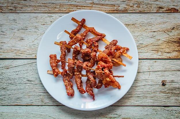 Зажаренная солнцем высушенная еда стиля свинины тайская. Premium Фотографии