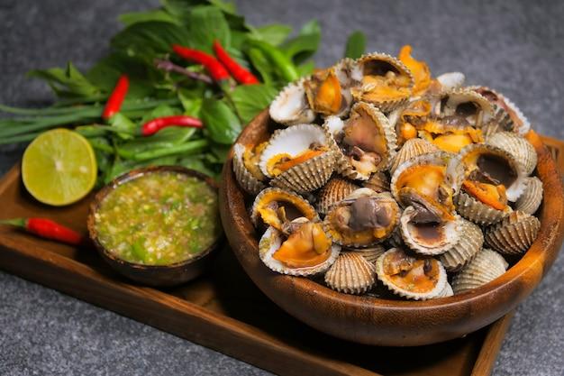 ホタテ貝のシーフードソース添え Premium写真