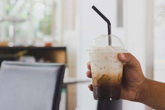 コーヒーショップでコーヒーを保持 Premium写真