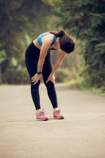 疲れたジョギングが止まる Premium写真