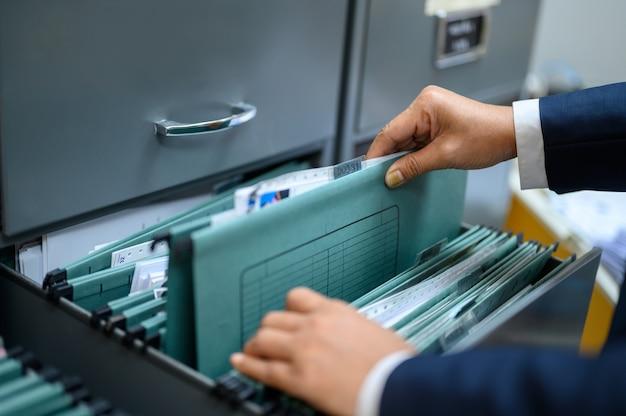 従業員はオフィスで文書を管理しています。 Premium写真