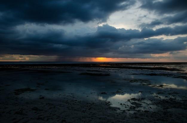 薄暗い空に雨雲 無料写真