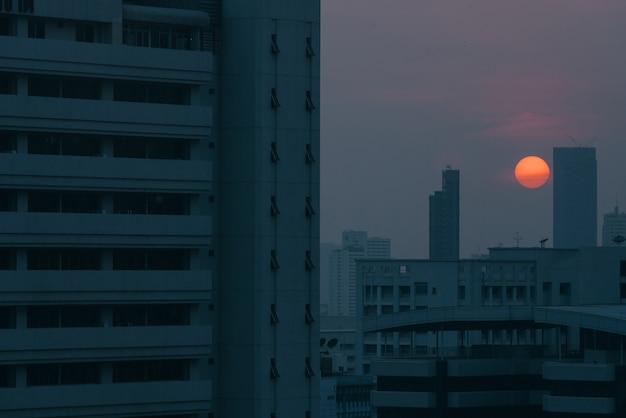 Влияние загрязнения воздуха сделало городской пейзаж низкой видимости с дымкой и туманом от пыли в бангкоке, таиланде. Premium Фотографии