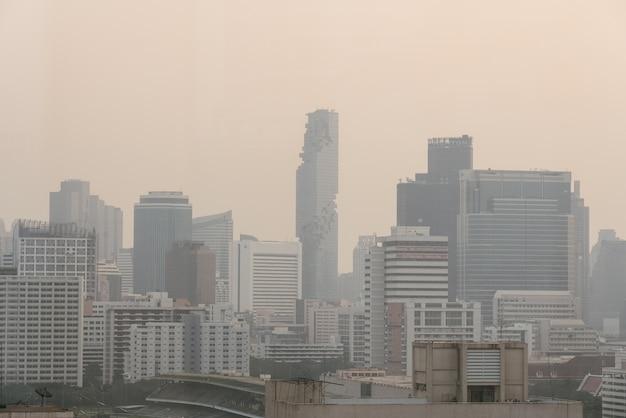 Эффект загрязнения воздуха сделал городской пейзаж плохой видимости с дымкой и туманом от пыли в воздухе. Premium Фотографии