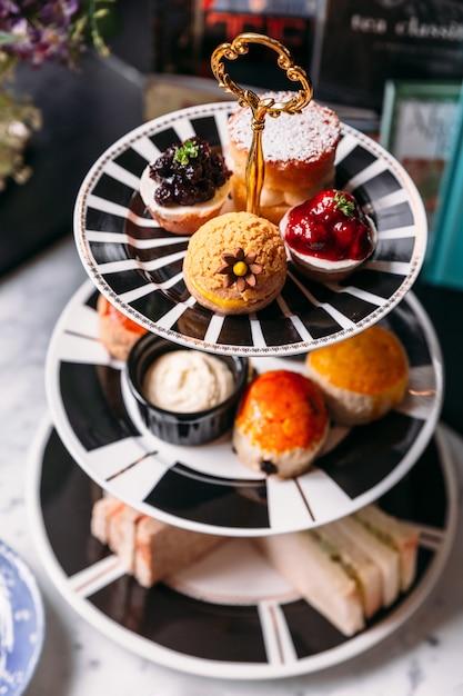 ミニブルーベリーとイチゴのタルト、緑茶、レーズン、プレーンスコーン Premium写真