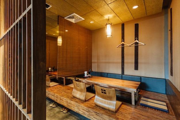 低いテーブルと低い座席があるラーメンレストラン。 Premium写真
