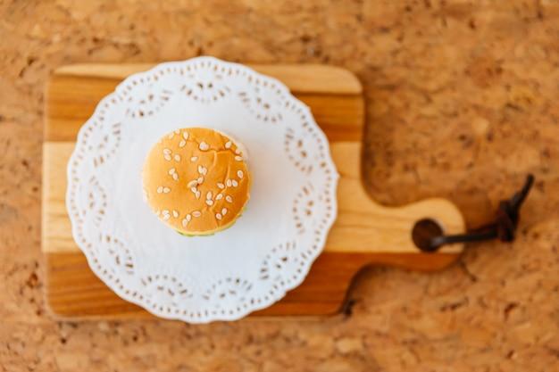 木製のまな板にミニチキンバーガーの平面図です。 Premium写真