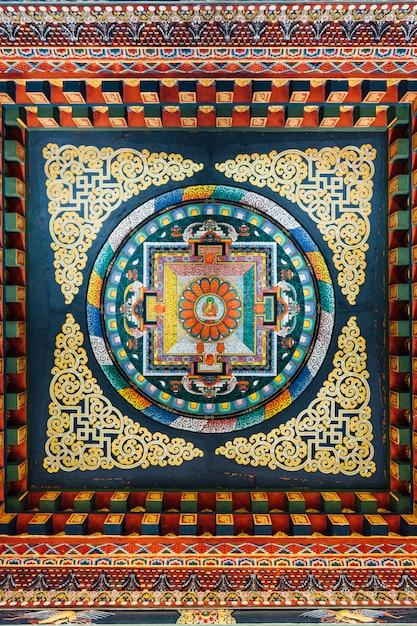 ブータンの芸術における仏陀の物語について語る装飾された天井。 Premium写真
