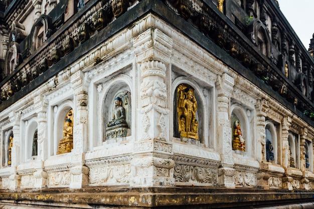 さまざまな形や文化で飾られた寺院の壁 Premium写真