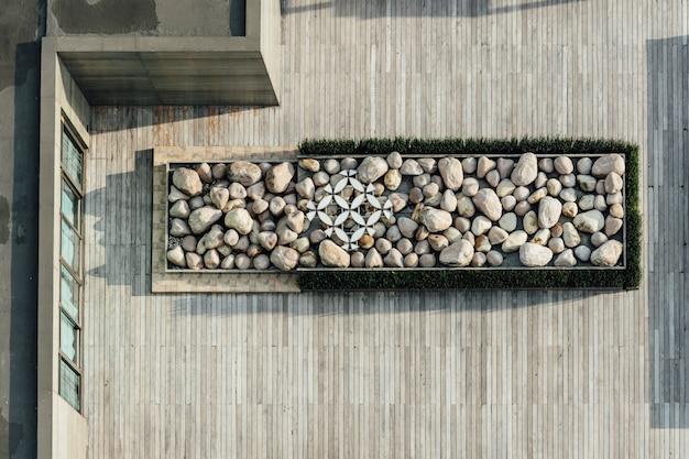 Взгляд сверху платформы заполненной с камнем на деревянной крыше. архитектурное оформление, открытая платформа. Premium Фотографии