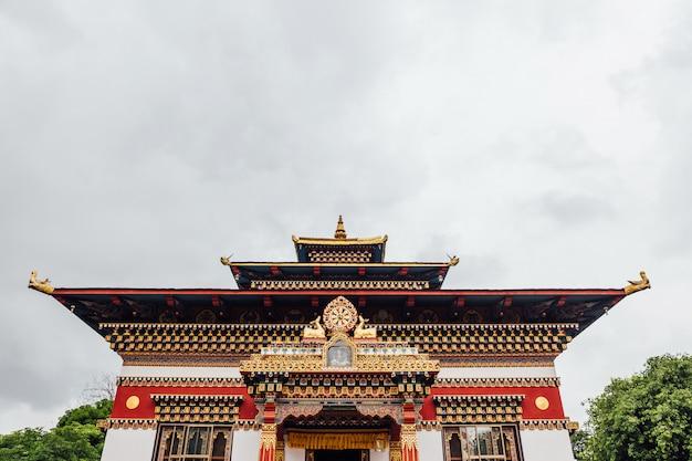 ブータン王立修道院のブータンスタイルのカラフルな装飾が施されたファサード。 Premium写真