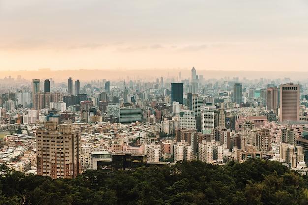 背景の山の層と台北のダウンタウンの空中パノラマ Premium写真
