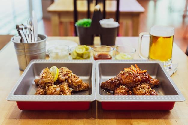 Золотая хрустящая корейская смесь жареной курицы с острым соусом, чесноком и лимонным чесноком Premium Фотографии