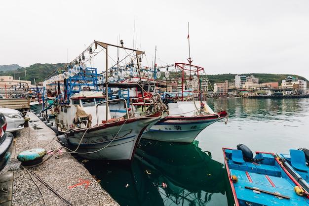漁師の村の川に浮かぶ漁船と野柳漁港。 Premium写真