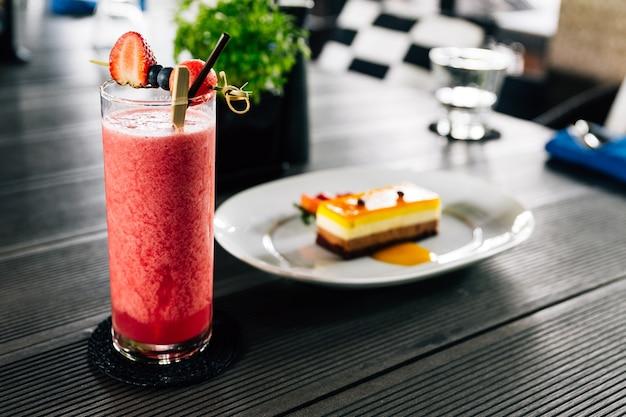 イチゴ、ブラックベリーなどの新鮮な果実を添えたミックスベリースムージー。 Premium写真