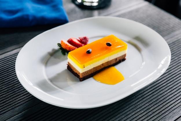 Стертый торт, включающий апельсиновый соус и шоколад с кофе. Premium Фотографии