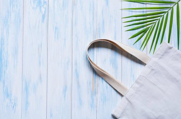 Белая сумка холщовой ткани. ткань мешок с копией пространства. Premium Фотографии