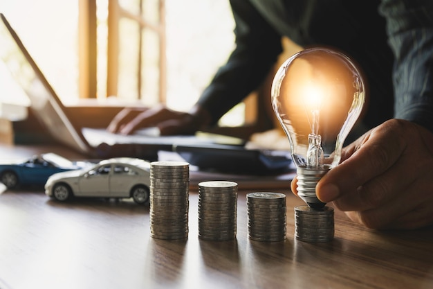Автострахование и автосервис с стопку монет. игрушечный автомобиль для учета и финансовой концепции. Premium Фотографии