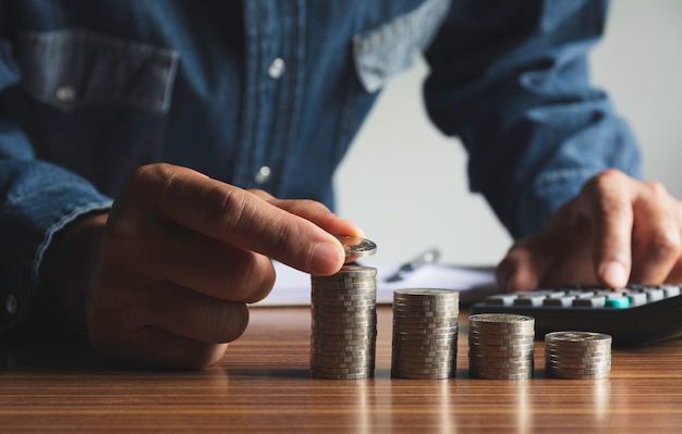 Вручите падение монетки при стог монетки денег растя для дела. финансовая и бухгалтерская концепция. Premium Фотографии