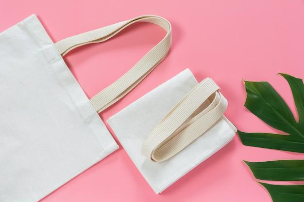 Белая сумка холщовой ткани. ткань мешок мешок макет с копией пространства. Premium Фотографии