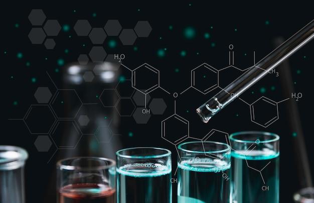 分析、医学、製薬および科学研究の概念のための液体を含むガラス実験室化学試験管。 Premium写真