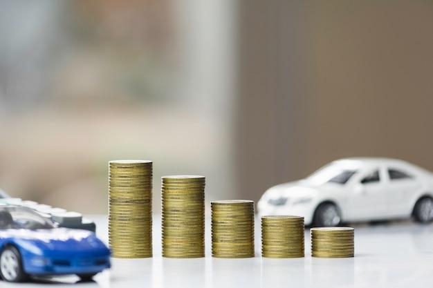 Автострахование и автосервис. линейная диаграмма с стогом монеток и автомобиля игрушки, дела и финансовой концепции. Premium Фотографии