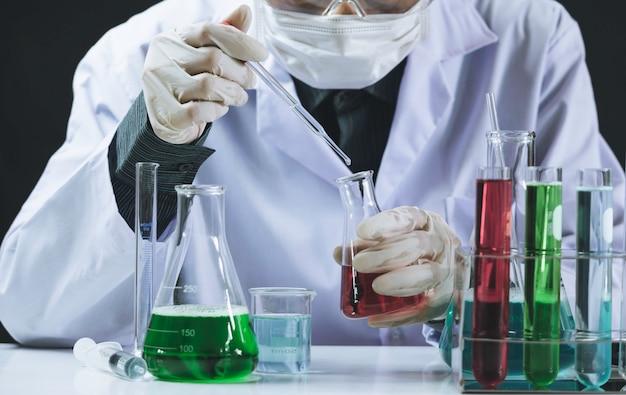 液体のガラス実験室化学試験管を持つ研究者 Premium写真