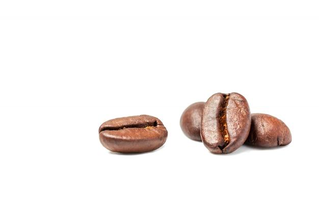 白い背景とコピースペースに分離されたコーヒー豆の広がり Premium写真