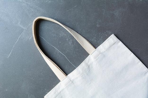 白いトートバッグのキャンバス生地。コピースペースを持つ布ショッピング袋モックアップ。 Premium写真