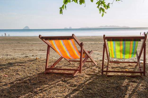 Летом пляж закат с пустой пара кровать путешествия фон. Premium Фотографии