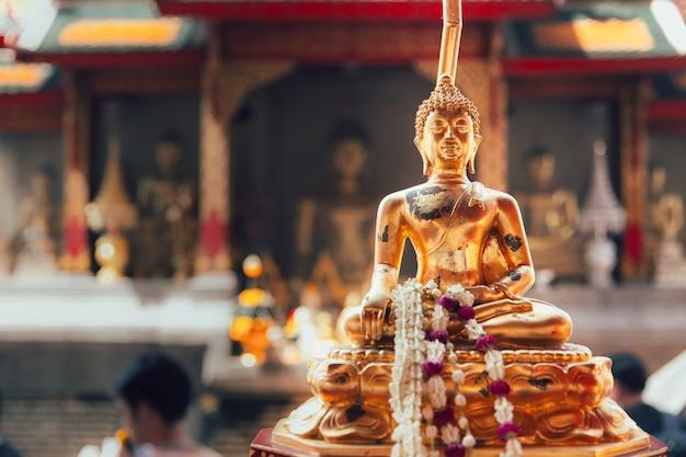Красивая статуя золотого будды в ват пхра харифунчай, популярный храм в лампхуне, таиланд Premium Фотографии