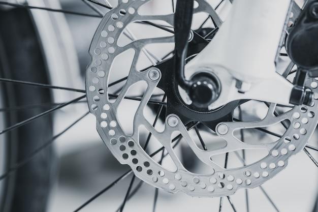 マウンテンバイクの自転車フロントブレーキディスクをクローズアップショットヴィンテージ色のトーン Premium写真