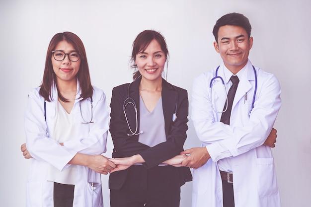 医師と看護師が手を調整します。コンセプトチームワーク Premium写真