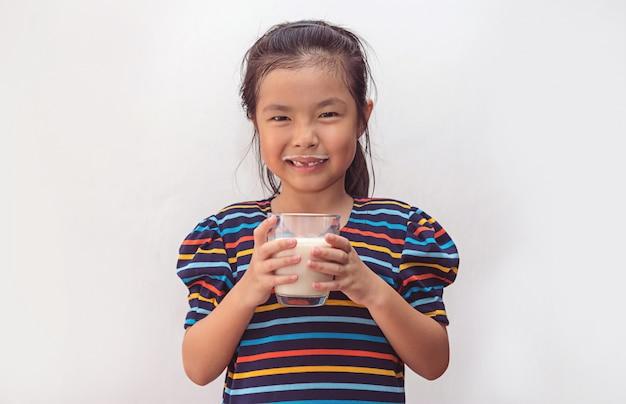 ミルクのガラスとかわいい女の子 Premium写真