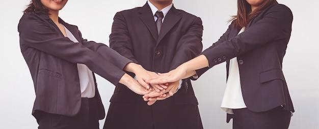 ビジネスの人々は手を調整します。コンセプトチームワーク Premium写真