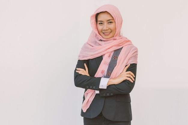 美しいモダンなアジアのイスラム教徒のビジネス女性 Premium写真