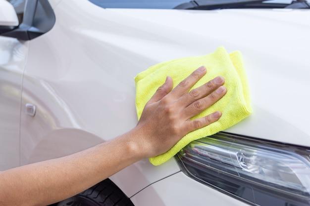 マイクロファイバーの布で車の掃除人 Premium写真